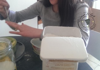 Cassandra s'occupe de la pesée du beurre