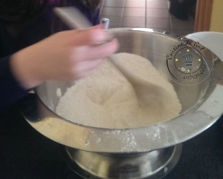 Oriane qui tourne la farine !