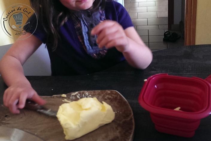 Oriane qui coupe le beurre en morceaux