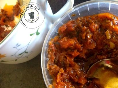 Tomates séchés mixées avec ail, origan et huile d'olive