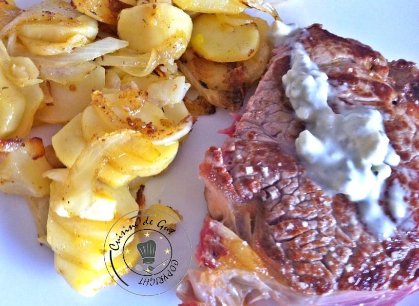 Pommes de terre curry intense et oignons entrecôte roquefort dans l'assiette