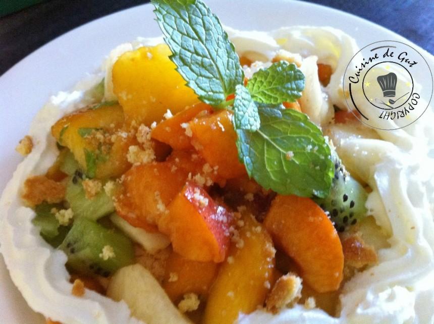 Dessert mousseux aux fruits assiette