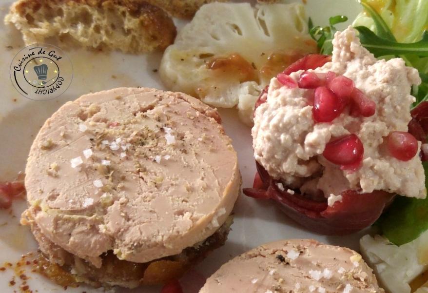 Mousse de foie gras en nid de magret et et foie gras entier sur canapés de fruits secs