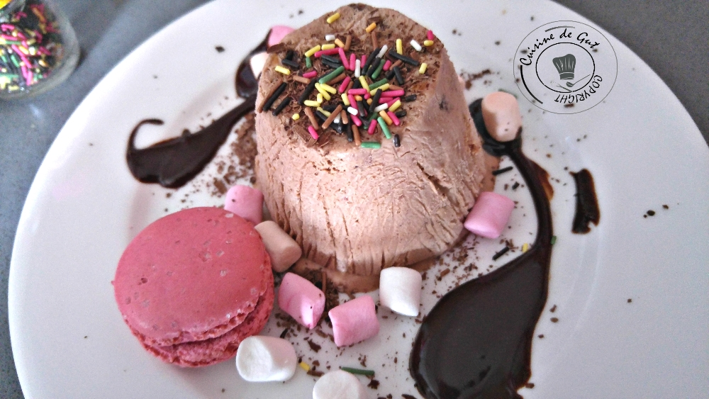 Parfait glacé à la pate a tartiner et macarrons roses