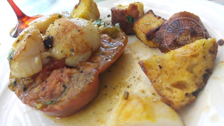Noix de st Jacques tomates et pain au Mäis à la plancha