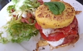Hamburger argentin de polenta bacon tomate et mozza1