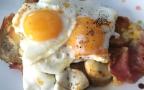 Oeufs au plat sur aubergines bacon et mozza1