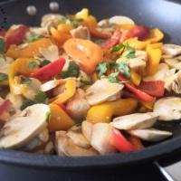 Poêlée de champignons et poivrons légèrement acide et cabillaud