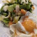 Salade et oeuf au vinaigre de pulpe de poivron et piment d'espelette