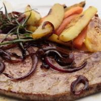 Foie de veau aux oignons rouges et son accompagnement parfumé ail et romarin