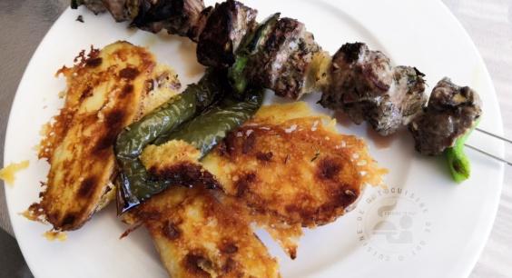 Brochette d'agneau marinée poivron et pommes de terre au parmesan