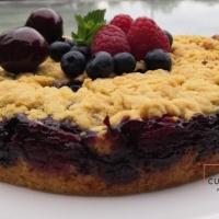 Gâteau crumble aux myrtilles framboises et cerises parfumées Amaretto